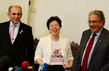 A diretora-geral da OMS, Margareth Chan, veste a camisa da campanha nacional Zika Zero (foto: Peter Ilicciev)