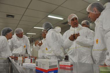 Autoridades conhecem as instalações do Centro de Processamento Final de Bio-Manguinhos/Fiocruz (foto: Bernardo Portella/ Bio-Manguinhos)