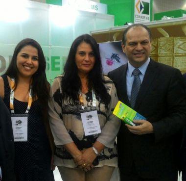 O ministro da Saúde, Ricardo Barros, recebe o DengueTech, biolarvicida desenvolvido pela pesquisadora Elizabeth Sanches (centro)